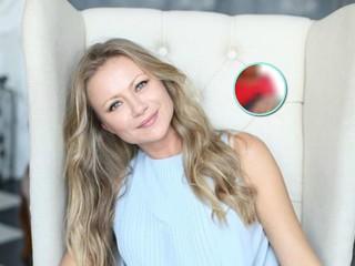 Ответ на вопрос: Мария Миронова поделилась снимком с супругом и показала обручальные кольца