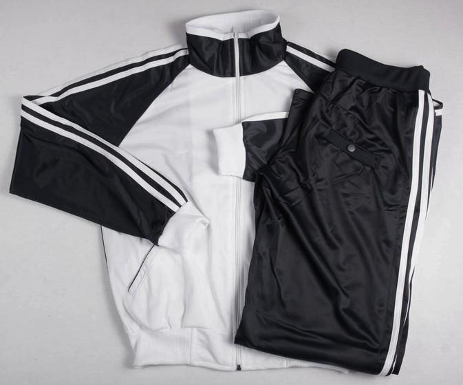 Почему девочке нравится спортивный костюм черно-белой расцветки?
