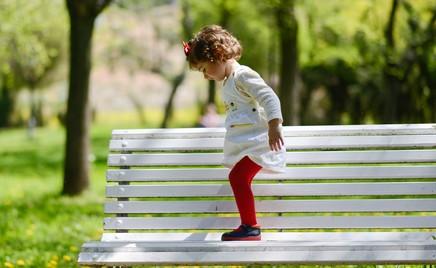 А вы разрешаете ребенку забираться с ногами на скамейки, качели, горку?
