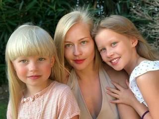 «Роль мамы мне как-то не очень»: Юлия Пересильд рассказала, как воспитывает дочерей