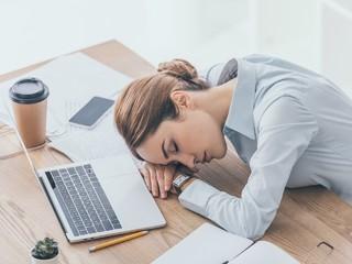 Гастроэнтеролог объяснил, почему после еды днем хочется спать и что с этим делать