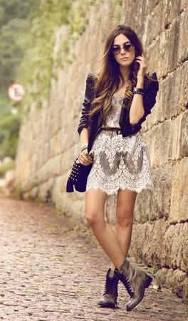 Платье с грубыми ботинками