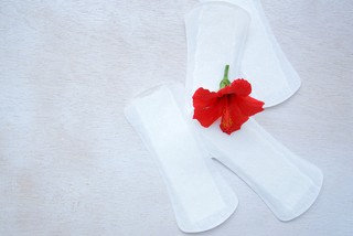 Белые выделения перед месячными: без запаха, густые, жидкие, обильные или как признак беременности,