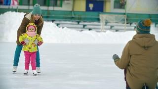 Первые шаги на льду: как научить ребенка кататься на коньках