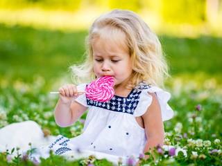 Мамин опыт: с которого возраста детям можно есть сладости?