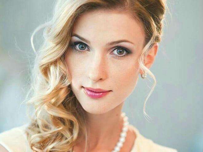 Волшебная расческа: Светлана Иванова поделилась секретным средством в уходе за волосами
