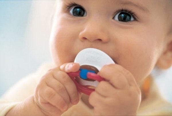 как приучить ребенка к сосанию пустышки