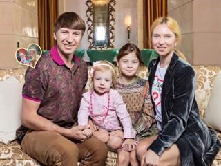 Дети одуванчики: Алексей Ягудин поделился забавным кадром с обеими дочками