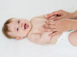 11 веселых стишков для легкого массажа и тактильных игр с малышом