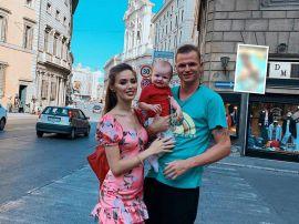 Папино сокровище: Дмитрий Тарасов учит плавать годовалую дочку