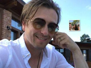 Все в сборе: Сергей Безруков с женой и детьми провел выходные на даче с родителями