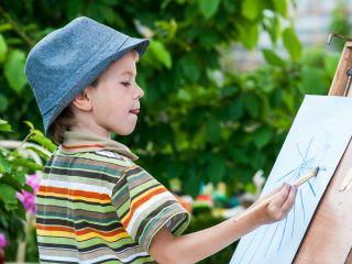 Ребенок высовывает язык при письме и рисовании. И это вовсе не признак усердия!