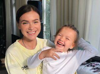 Совсем как мама: 4-летняя дочь Елены Темниковой написала стих