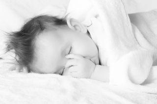 Ребенок сосет палец: как решить проблему