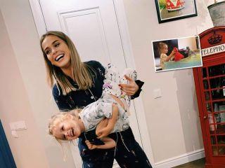Творчества хоть отбавляй: Анна Хилькевич с дочкой сыграли в кукольном театре